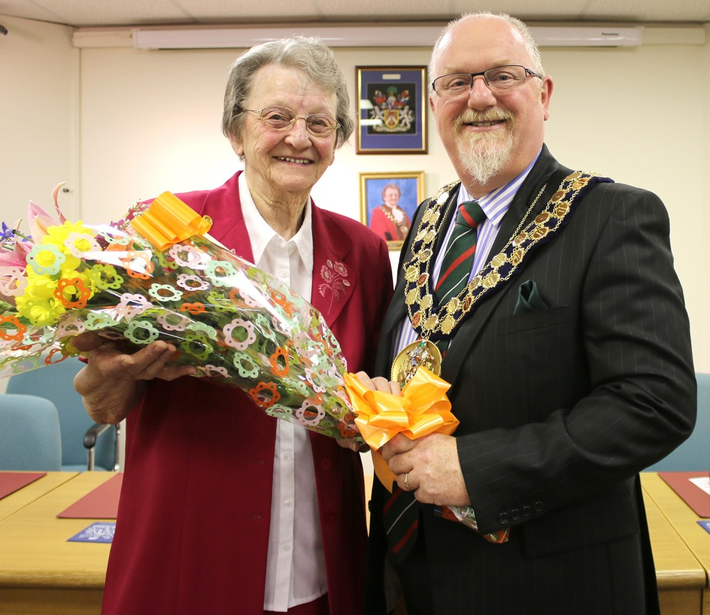 mayor receives bouquet